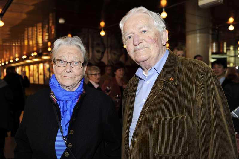 """Både Hans Alfredson och hustrun Gunilla medverkade på gårdagens minnesstund för Erland Josephson. """"Vi hade en klubb som hette Åtta glas där vi skrev noveller och läste upp för varandra. Vi höll på i nio år"""", säger Hans om Erland."""