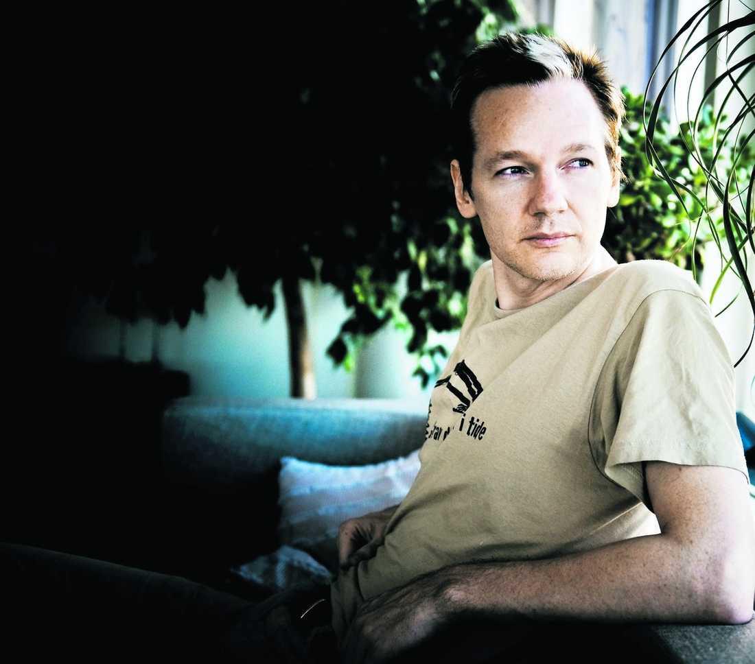 """avslöjar hemligheter """"Det att bästa sättet att åstadkomma positiva förändringar är att avslöja saker som makten vill hålla hemliga"""", säger Julian Assange."""