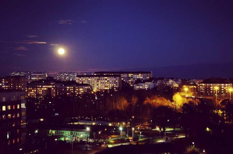 En läsare skickade in den här bilden från Huvudsta i Stockholm, med månen precis över Solna centrum.