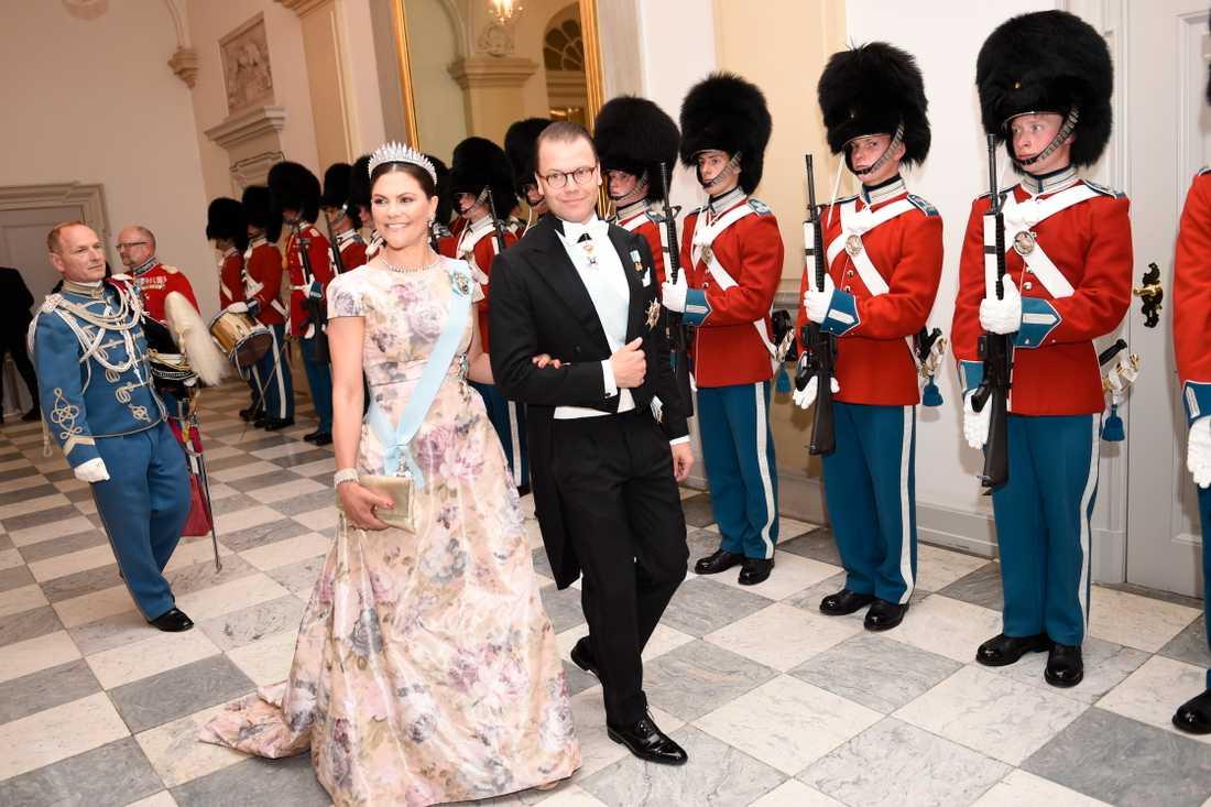 Kronprinsessan Victoria och prins Daniel anländer till galamiddagen.
