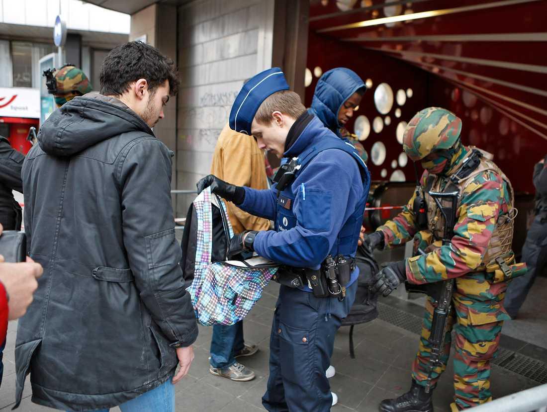 Terrorattacken i bryssel. 34 människor dog och över 250 skadades av två bomber i avgångshallen på flygplatsen Zaventem och en bomb i tunnelbanan nära stationen Maelbeek den 22 mars 2016. Islamiska Staten har tagit på sig attentaten. Khalid el Bakraoui och Ibrahim el Bakraoui och Najim Laachraoui misstänkts för dådet på flygplatsen. alla väskor genomsöks vid nedgångarna till tunnelbanan