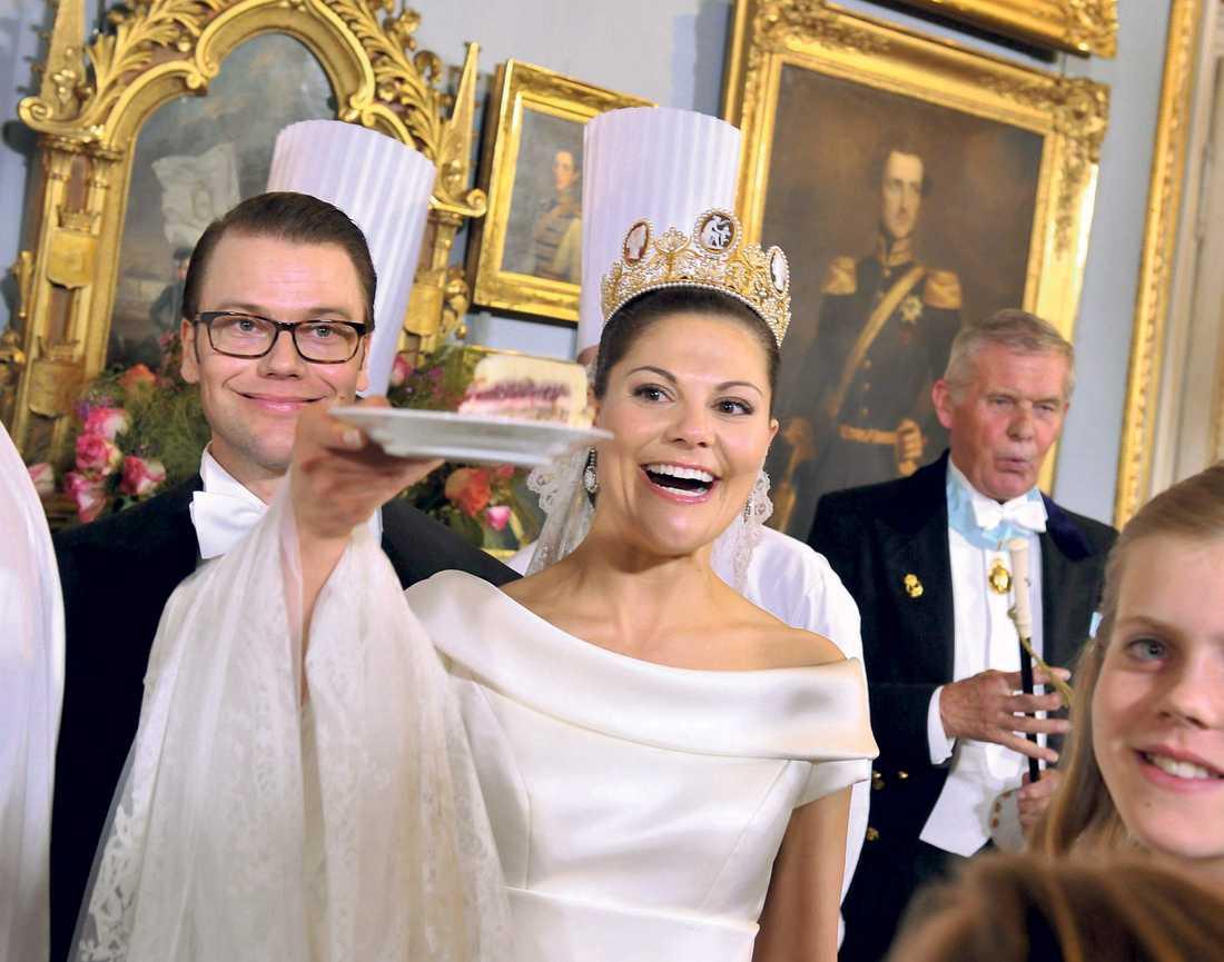 Det nygifta paret högg in på den enorma bröllopstårtan.