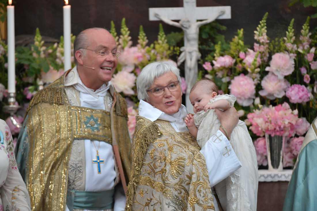 Ärkebiskop Antje Jackelén håller prinsessan Andrienne under dopgudstjänsten för prinisessan