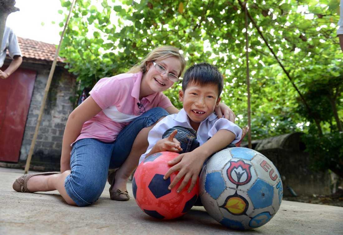 Trung älskar att leka med bollarna som han fått av Linnea.