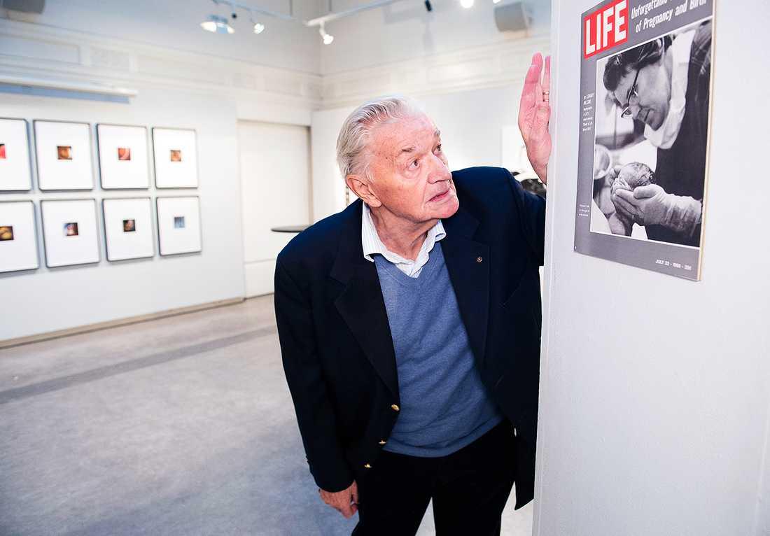 """2015. Lennart Nilsson ställer ut på Galleri Kontrast i Stockholm, med anledning av att hans bok """"Ett barn blir till"""" firar 50-årsjubileum."""