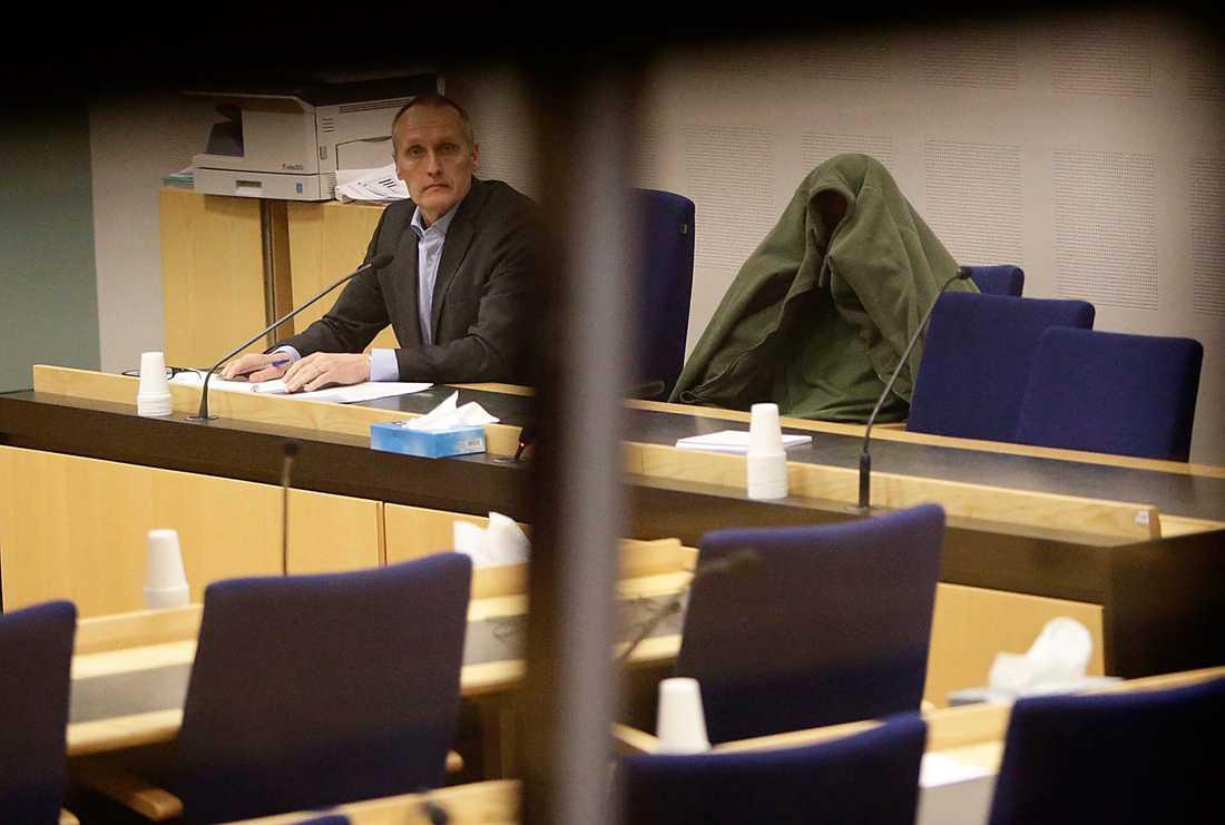 Häktningsförhandling med en av de tre männen som är misstänkta för synnerligen grova vapenbrott i Göteborg