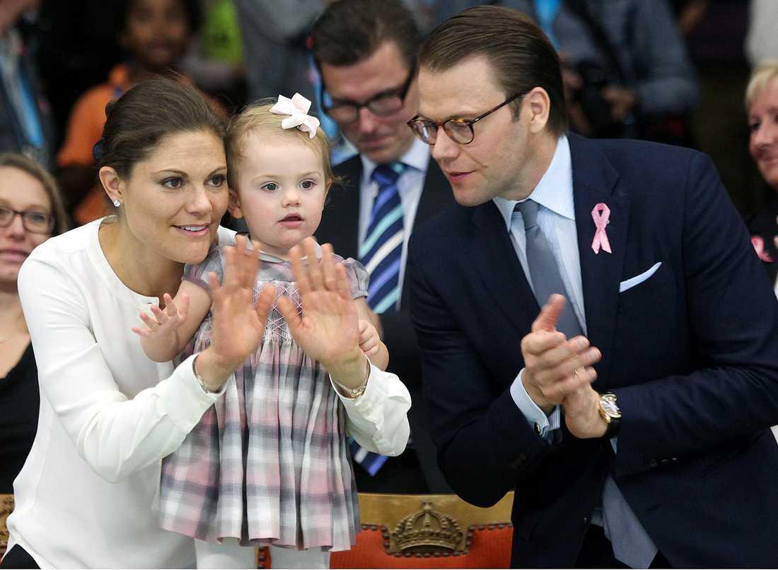 FAMILJELYCKA Kronprinsessan Victoria med prinsessan Estelle och prins Daniel tittar på tennisfinalen i Stockholm Open.