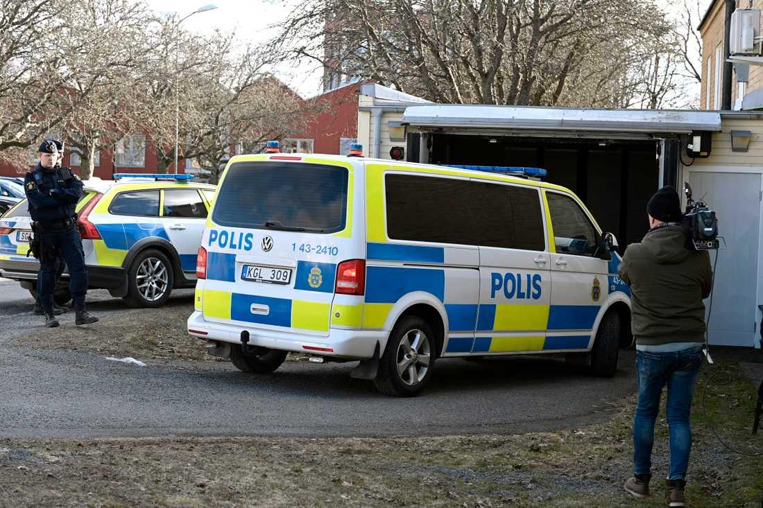 22-åringen anländer till rätten i en polisbil.