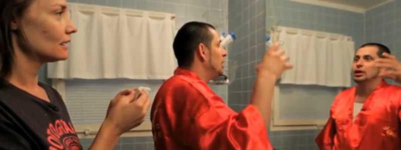 Såg ett ufo I badrummet berättar Dogge Doggelito för Carina Berg om när han såg ett flygande tefat.