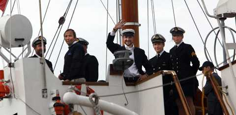 Kronprins Haakon styrde själv kongaskeppet Norge sista biten in till Stockholm och vinkade sedan glatt till folket.