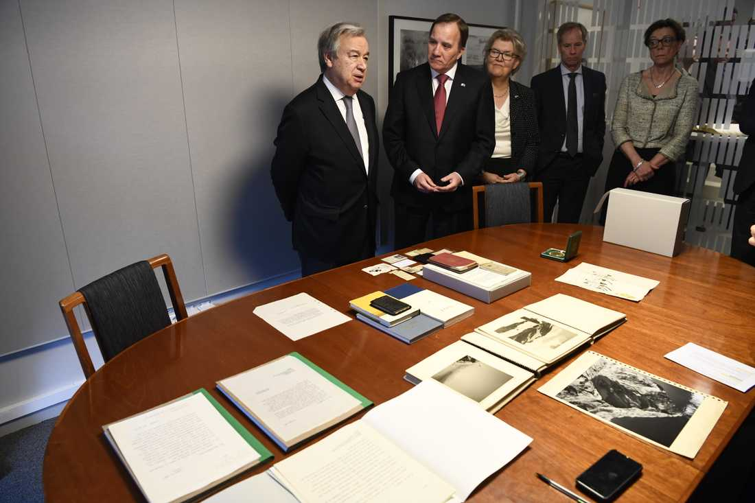 FN:s generalsekreterare António Guterres och statsminister Stefan Löfven i Dag Hammarskjöld-arkivet på Kungliga biblioteket i Stockholm.