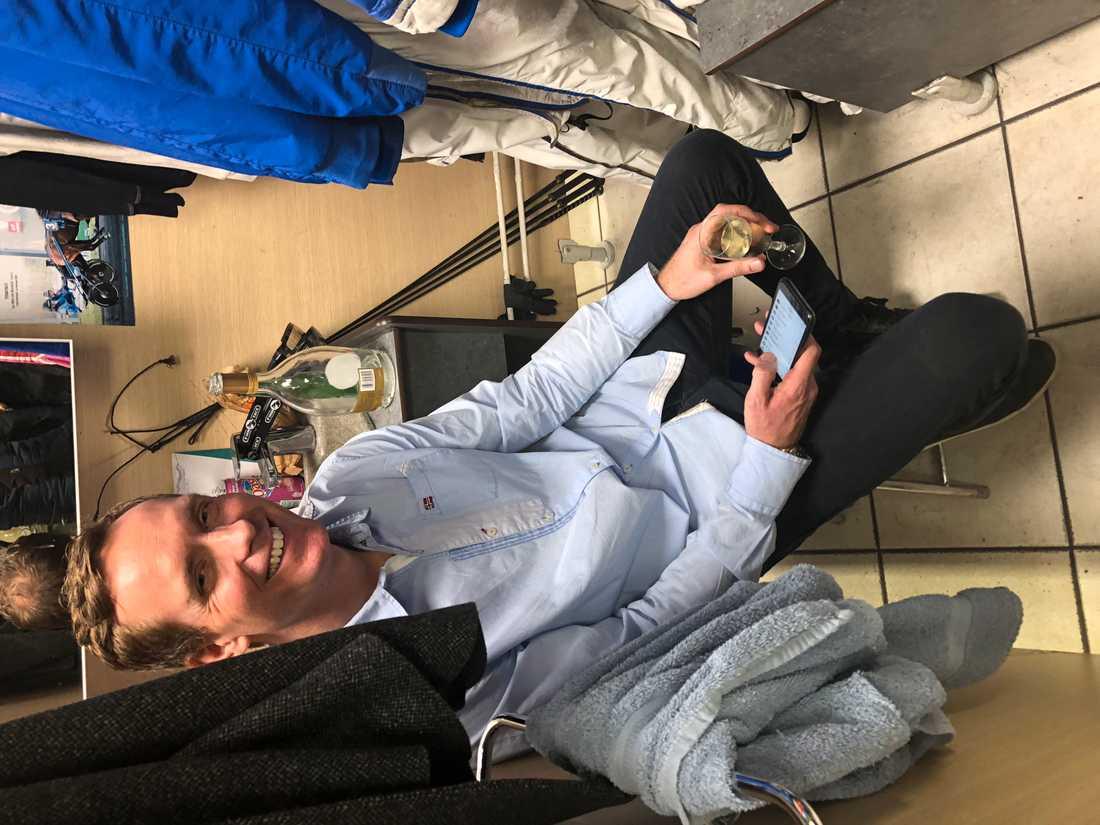 Björn Goop söker en lugn stund i sin omklädningsbox på Vincennes och ser att han har 323 olästa sms.
