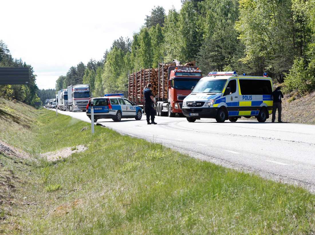 Vägar spärras av En av polisens vägspärrar i Hjälmaresund i jakt på rånarna.