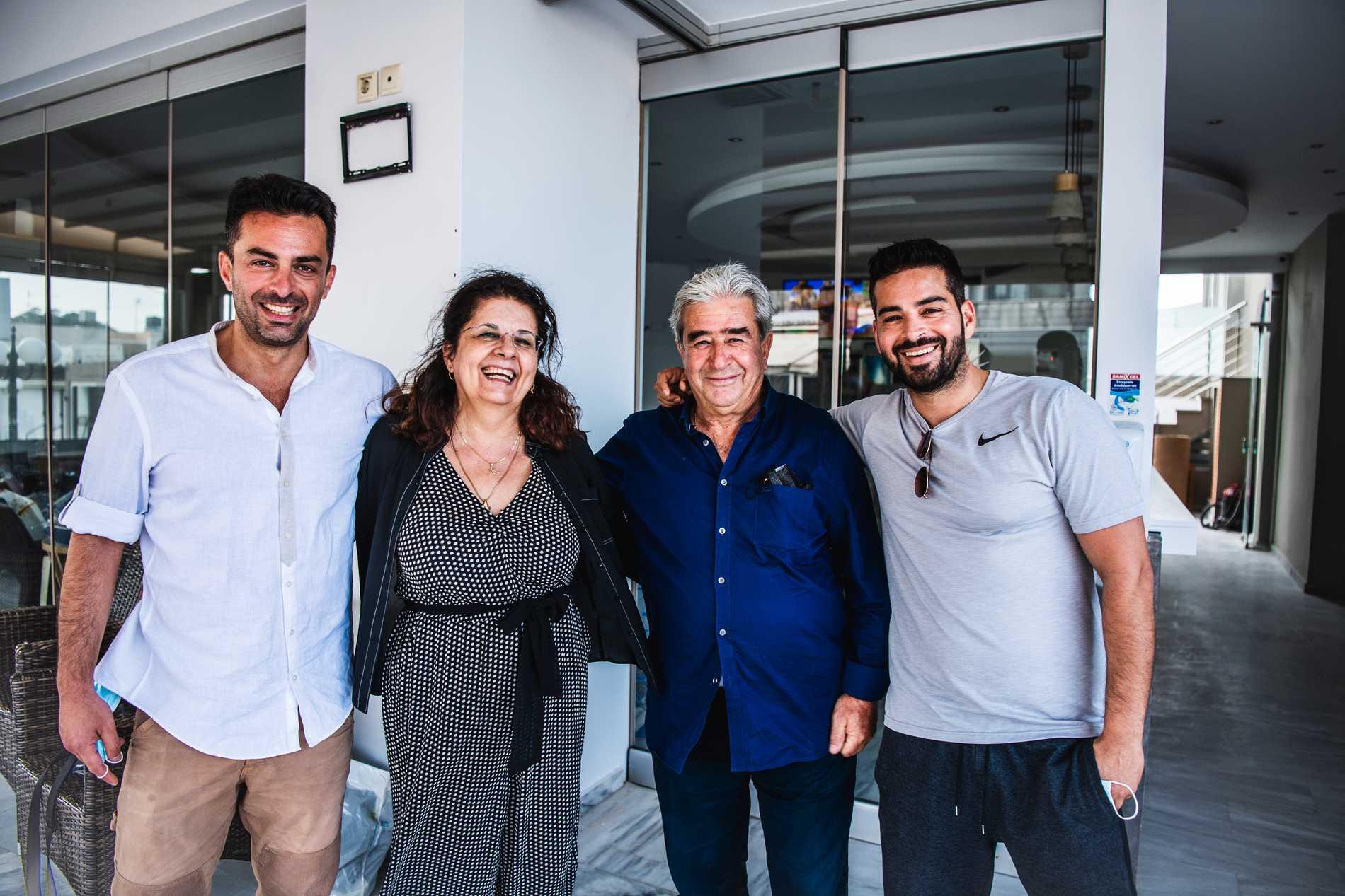 Giorgos med mamma Popi, pappa Michalis och brodern Lefteris.