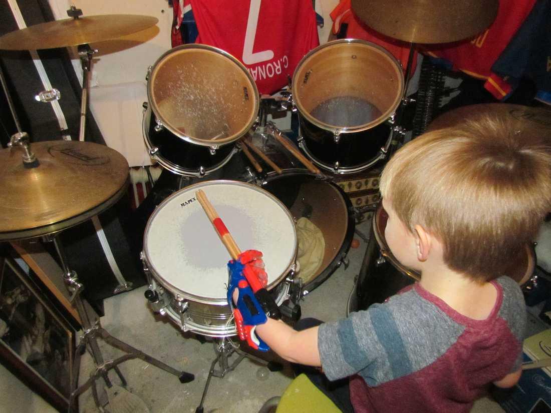 Fick handprotes i 3D Äntligen kan Antoni Rudd, 6, i Polen spela trummor och greppa trumpinnen också med sin högra hand, tack vare en handprotes tillverkad i plast i en 3D-skrivare.