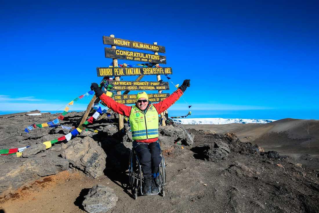 Aron Anderson jublar efter att ha nått toppen på Afrikas högsta berg. Foto: JESPER WAHLSTRÖM