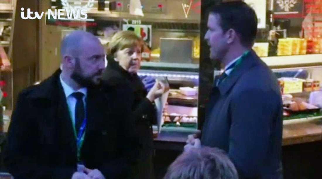 Merkel passade på att gå ut och äta pommes frites i en paus.