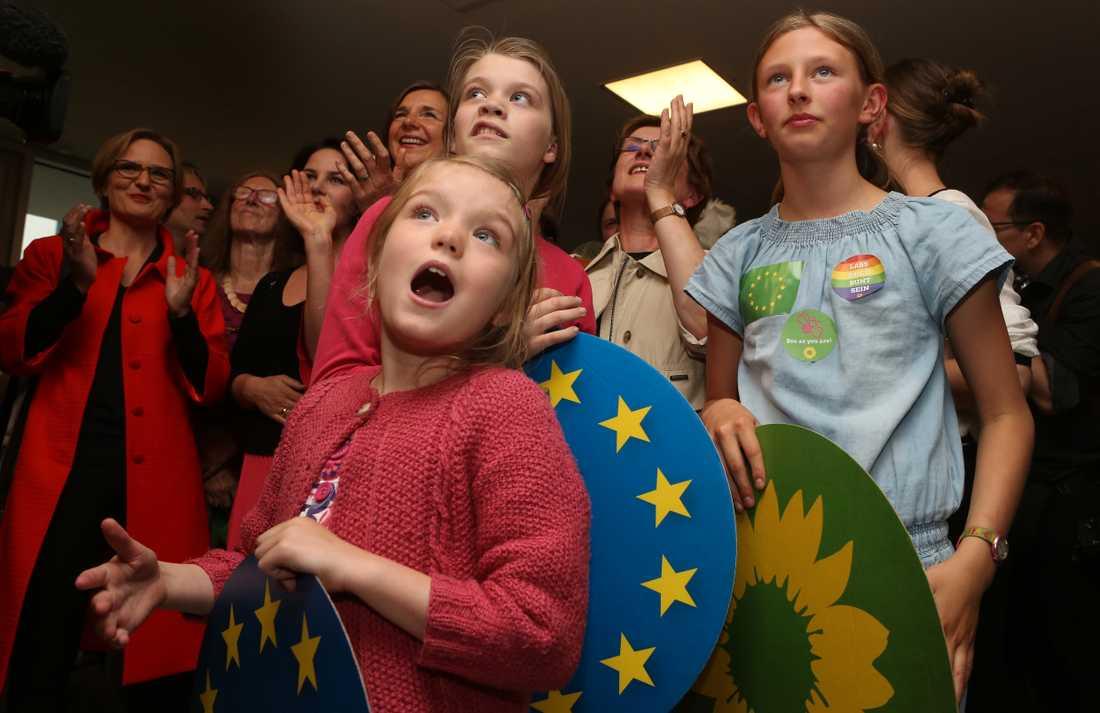 Unga anhängare av De gröna i Tyskland reagerar när de ser att vallokalsundersökningen visar ett stöd på 22 procent för partiet.