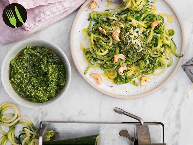 Zucchinispaghetti med grönkålspesto