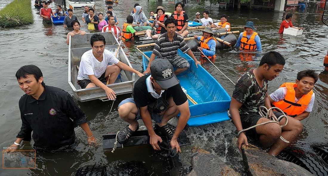 MÅSTE FLY Thailändare försöker rädda det som räddas kan under vattenmassorna i Bangkok som hotar att förvandla huvudstaden till ett träsk.
