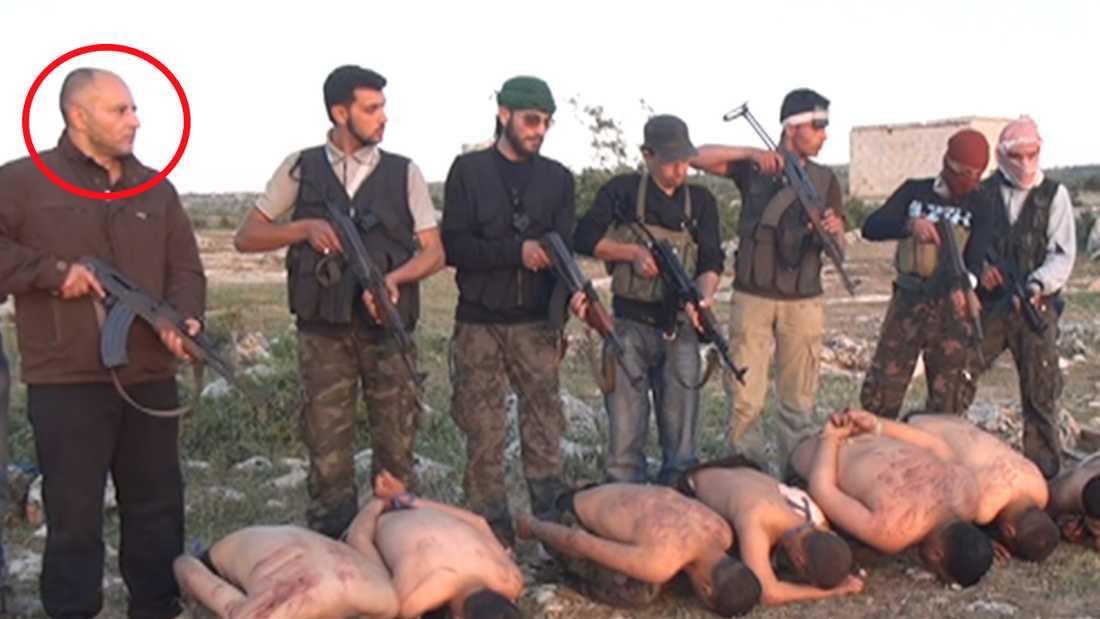 Stillbild från den film som visar avrättningen av sju soldater från syriska staten. 46-årige Haisam Sakhanh längst till vänster greps i Karlskoga våren 2016, nu döms han för delaktighet i massavrättningen.