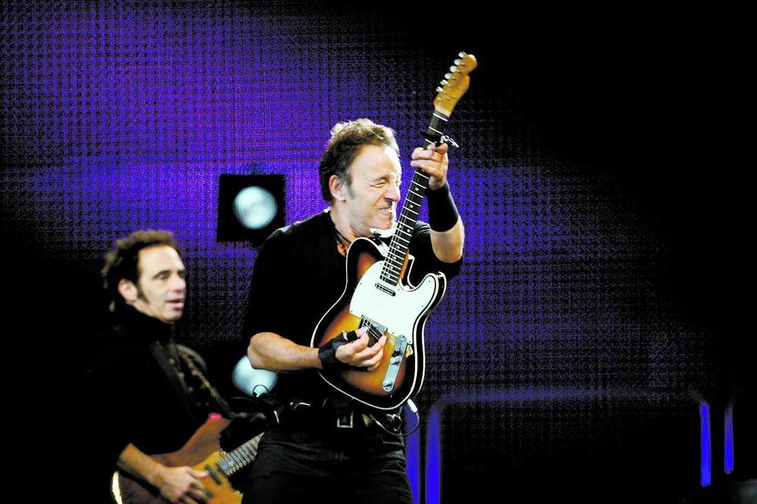 Bruce Springsteen skakade av sig torsdagens kyla med en rejäl dos sha la la och glädje. Men den riktiga tändningen kom tyvärr lite för sent för att konserten skulle lyfta ordentligt.