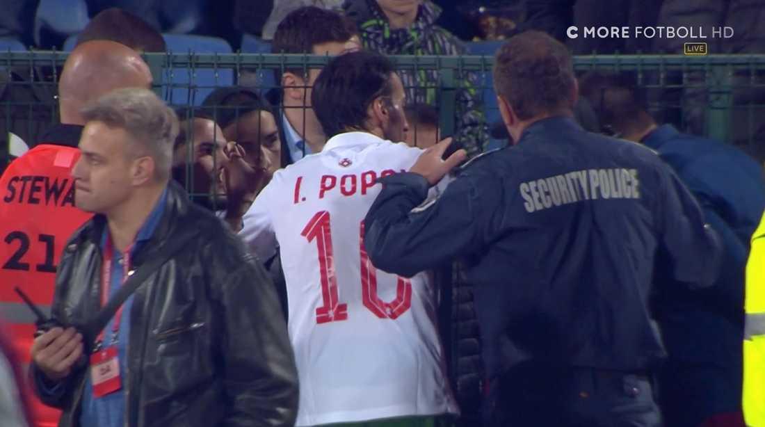 Bulgariens lagkapten Ivelin Popov vädjar till supportrarna att sluta med rasistiska påhoppen.