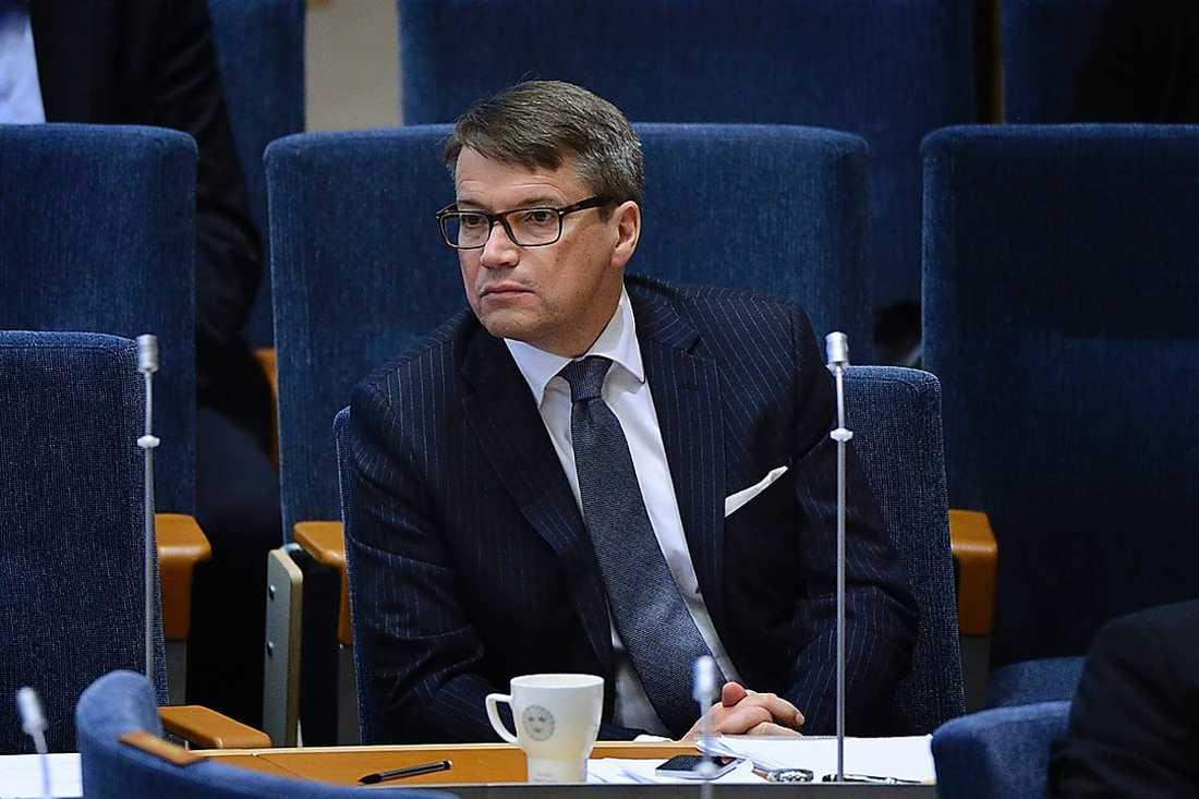 Socialminister Göran Hägglund vill inte att vi ska få veta vilka apotek som har fel och brister.