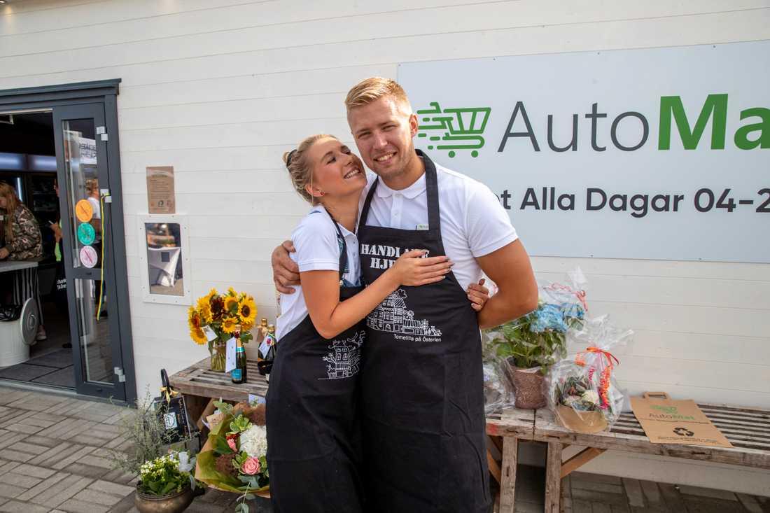 –Vi brinner båda två för landsbygd och tror att servicen ska göra vår by gott, säger Martina Rosberg och Peter Hjelm som för byn in i framtiden.