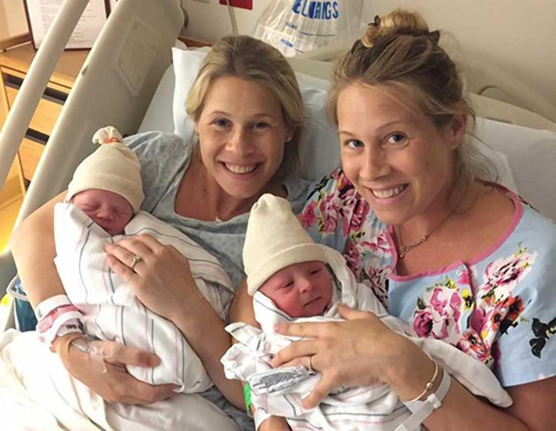 Tvillingarna med sina nyfödda barn.