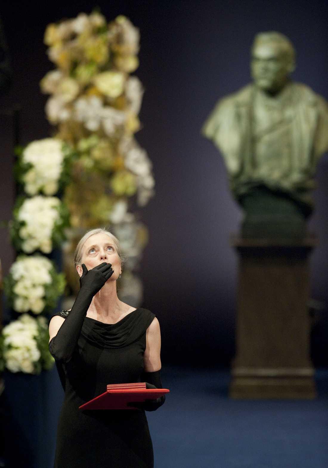 Claudia Steinman, vars make avled precis innan det blev klart att han vunnit Nobelpriset, var oerhört vacker och värdigt klädd när hon tog emot priset i sin makes namn. Klassisk elegans.