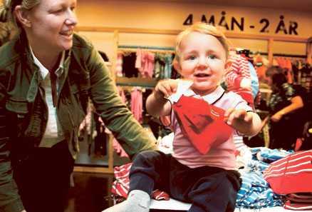 Ska tjejer och killar ha likadana kläder? Susanne Stjernström, 40, mammaledig, Stockholm (med sonen Kristian, 11 månader): – Ja, mina tre söner har haft flera tjejplagg, till exempel finare skjortor. Men jag brukar inte berätta att det är tjejkläder.