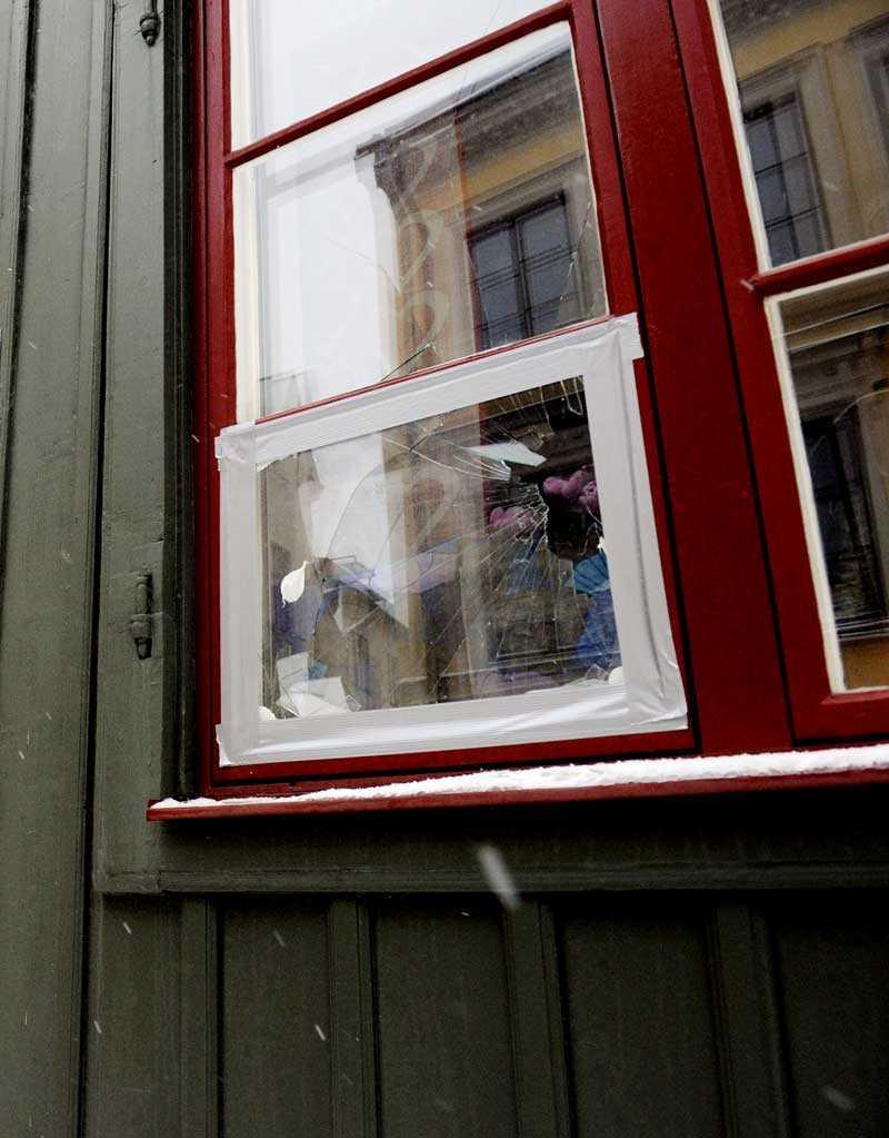 Mannen blev utkastad från en privat fest och gick till attack mot flera fönster.