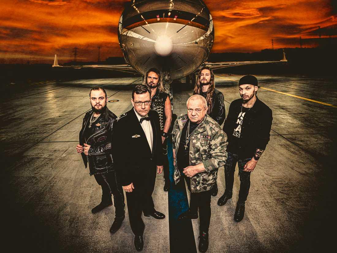 Heavy metal-bandet U.D.O. och löjtnant Lieutenant Colonel från den tyska arméns officiella symfoniorkester.