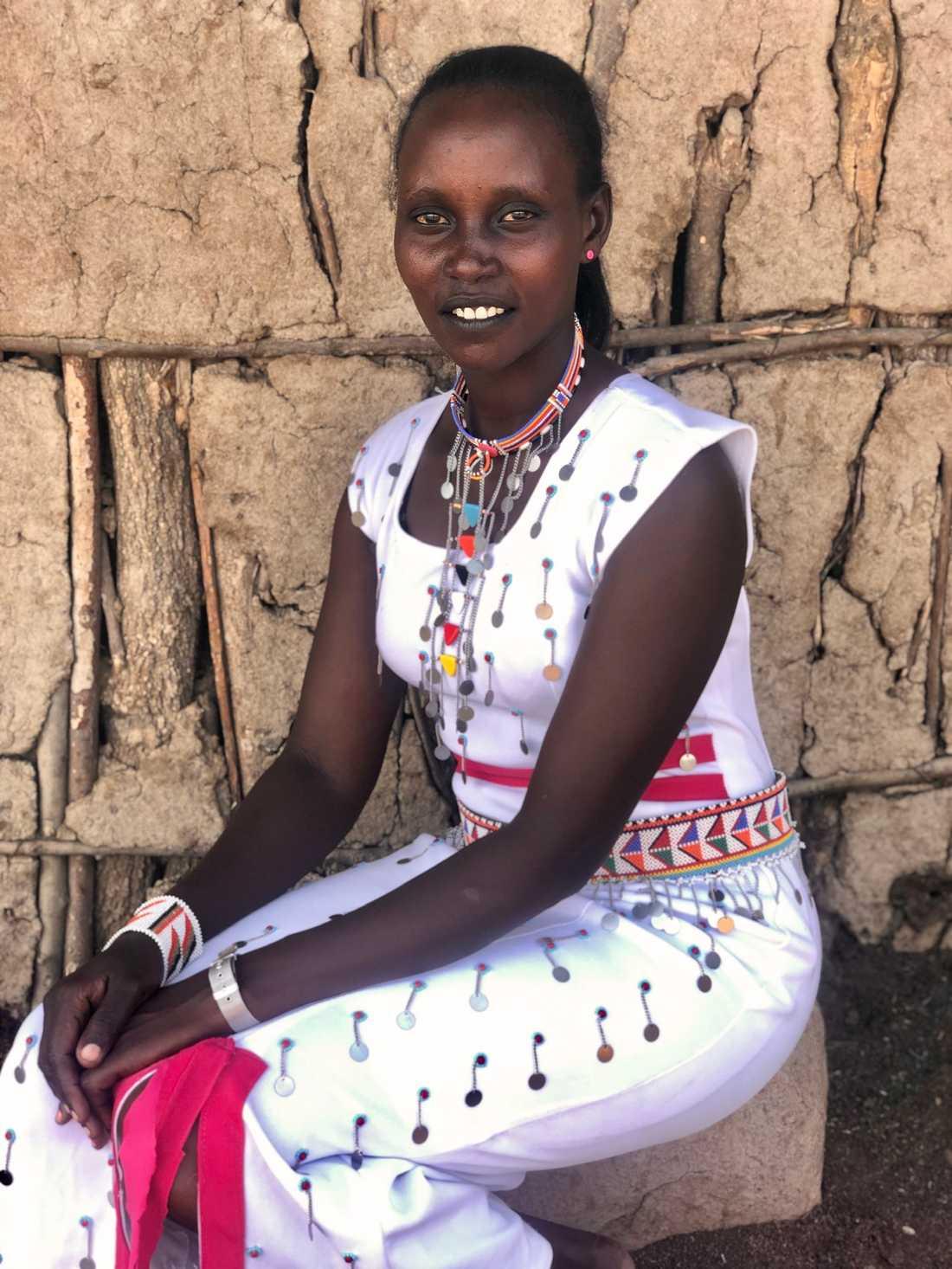 """Resiato Kayieni berättar hur hon efter könsstympningen böjde sig fram för att titta på sitt underliv: """"Det var så rött och fult. Hade jag vetat att det var så här det skulle se ut hade jag aldrig gått med på att bli könsstympad."""""""