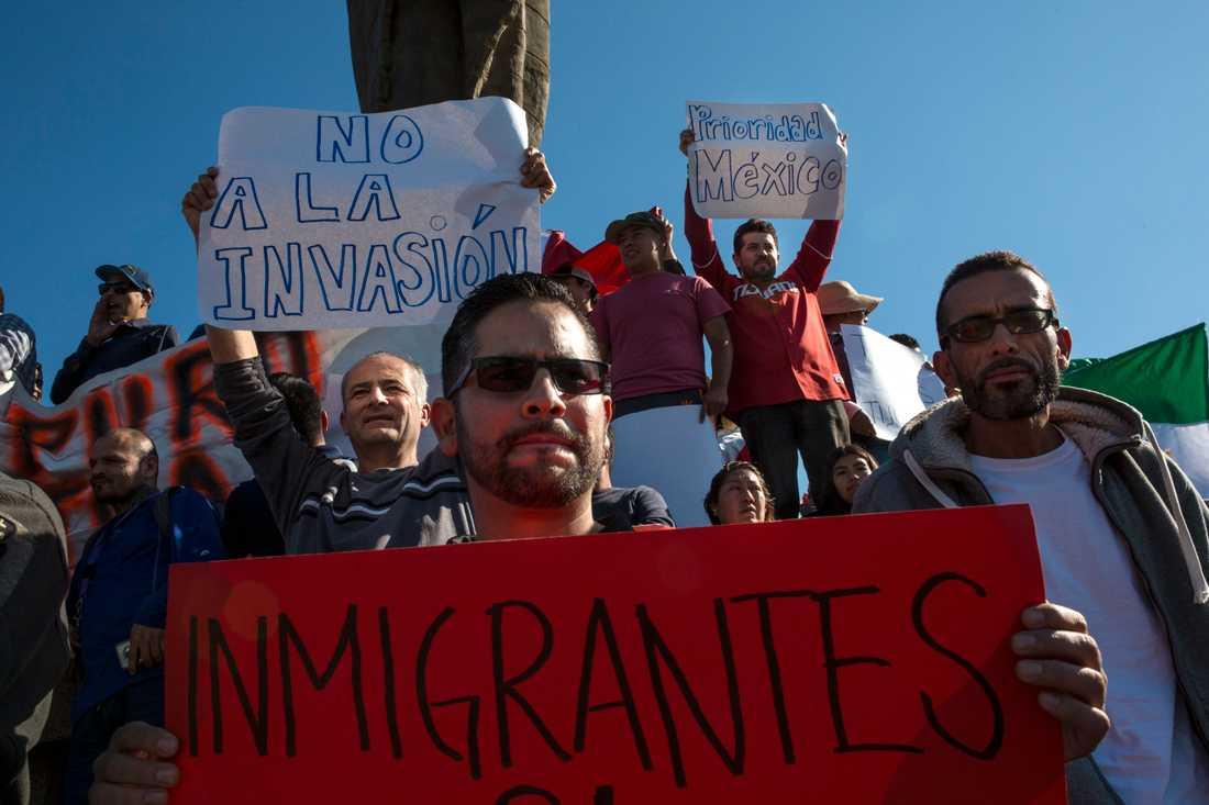 Demonstranter protesterar mot de centralamerikanska migranterna, vars karavan nu har nått till Tijuana i Mexiko.