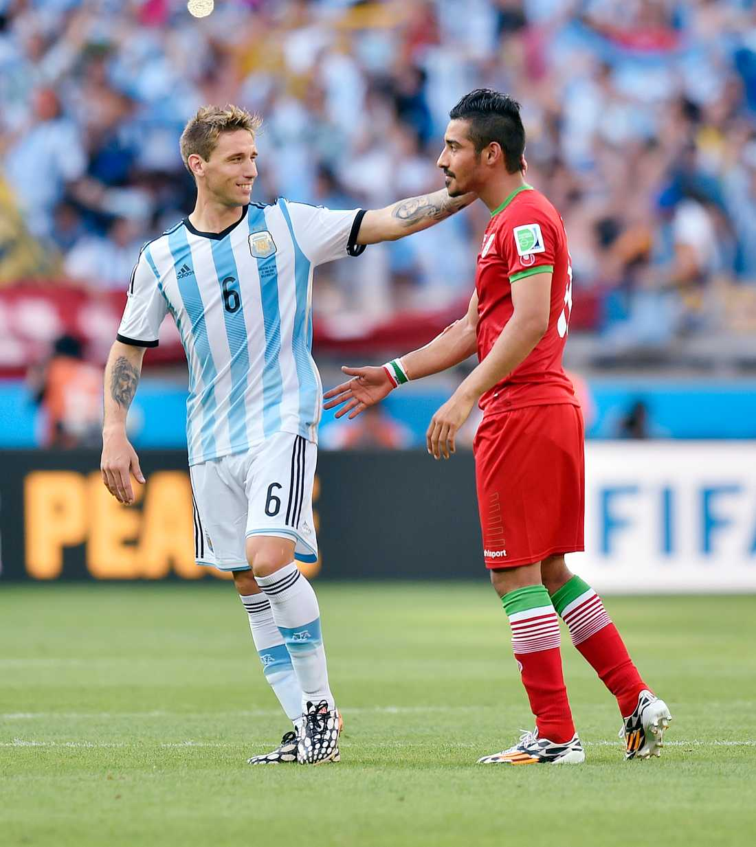 """Expertkommentarerna i tv under matchen mellan Argentina och Iran genomsyrades av fördomar om """"De andra"""", menar debattören."""