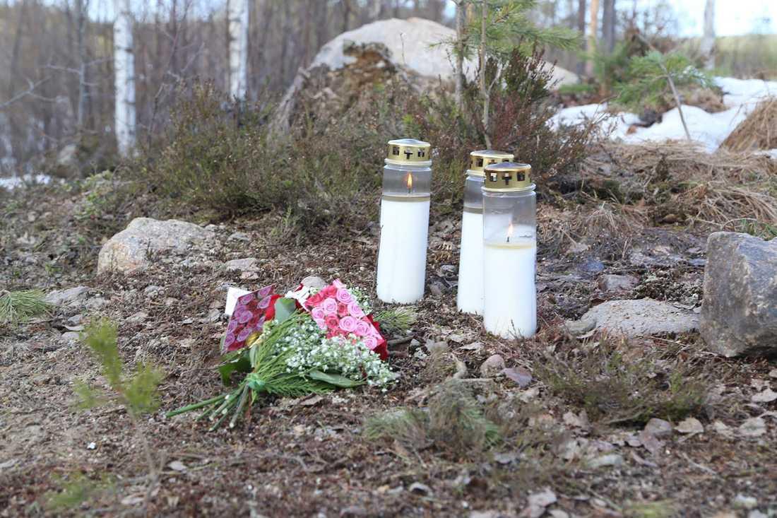 Ljus och blommor på olycksplatsen.