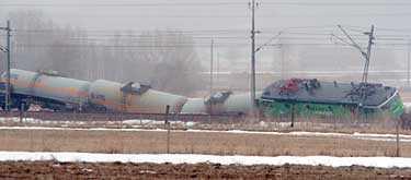 Ett godståg med 700 ton giftig klorgas spårade ur vid lunchtid på måndagen utanför Kungsbacka. Ganska snart stod det klart att ingen av vagnarna hade börjat läcka.