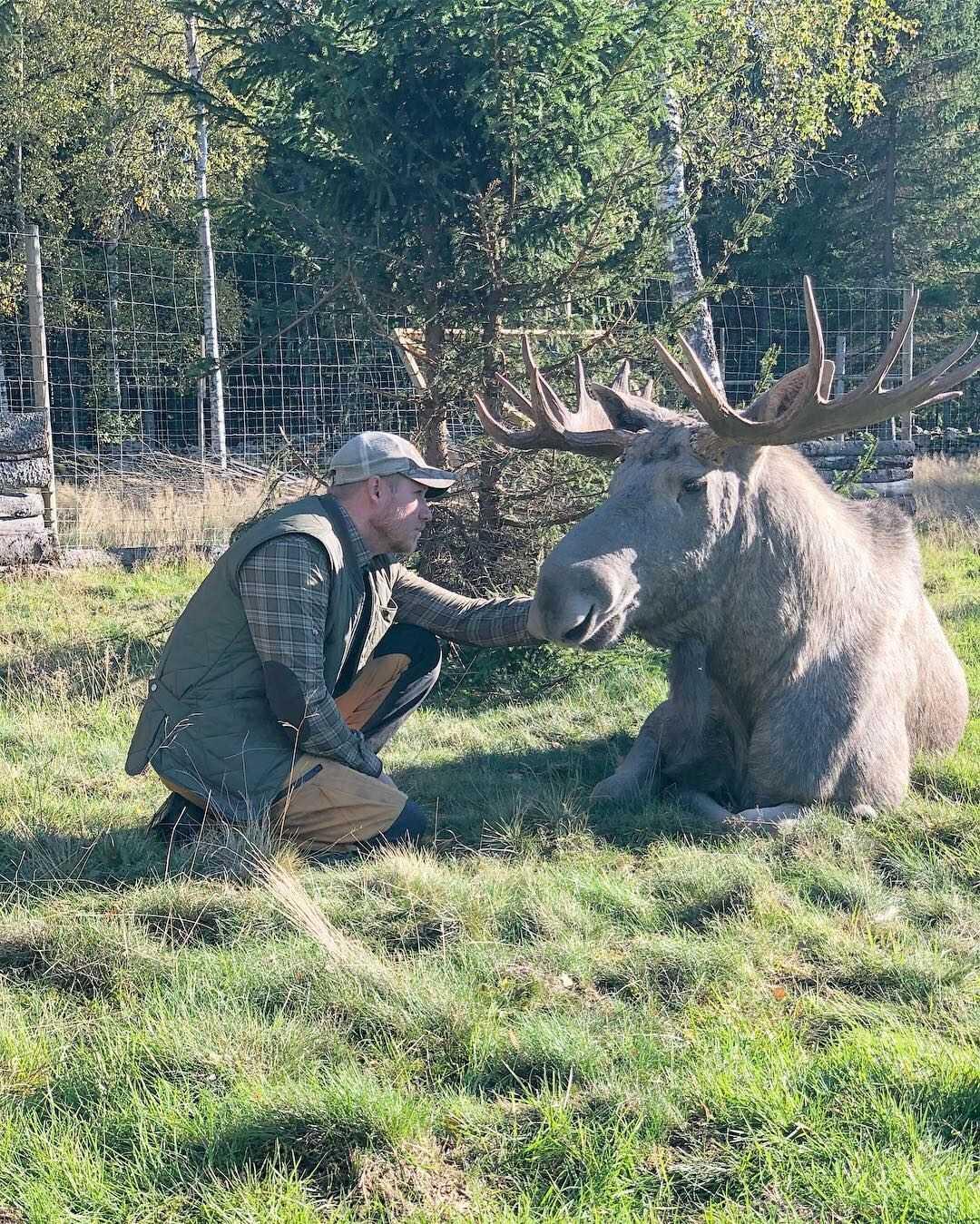 Älgjägaren Eric Olofsson och Elliot tillsammans på viltvårdsanläggningen.