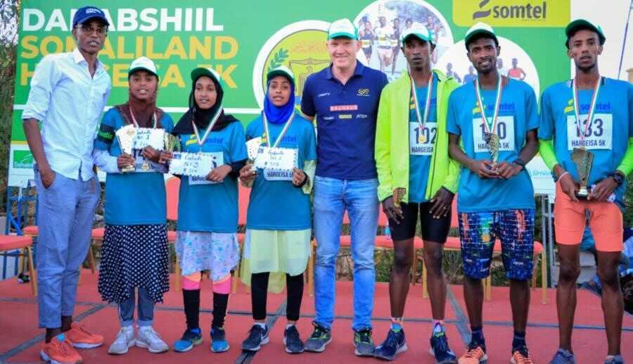 Suldan Hassan, hans tränare Ulf Friberg och de tre bästa damerna och herrarna i det nystartade loppet i Hargeisa.