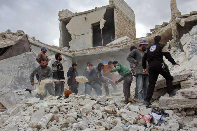 Räddningsarbetare söker efter överlevande efter en bombattack i Idlib. Foto: Omar Haj Kadour/AFP/Getty
