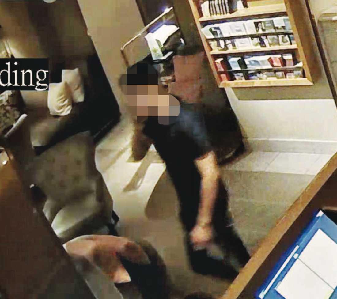 Misstänkte rånaren fångad på övervakningsbilder på ett hotell i Stockholm.