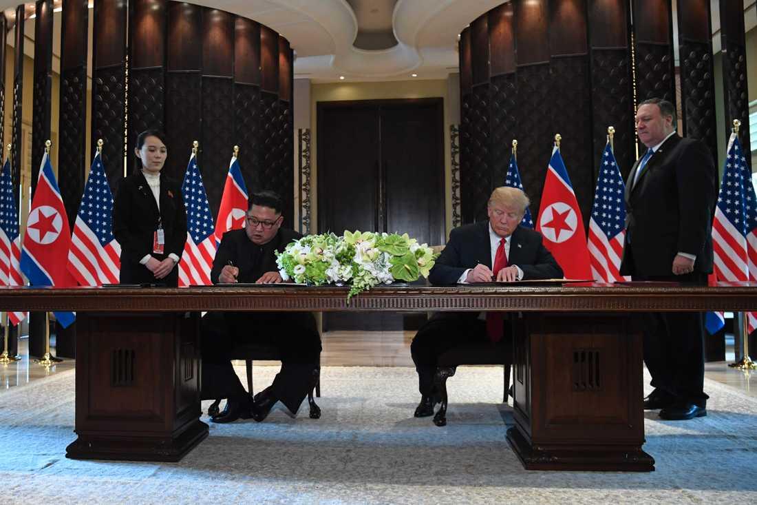 Här skriver Kim Jong-un och Trump under det historiska dokumentet.