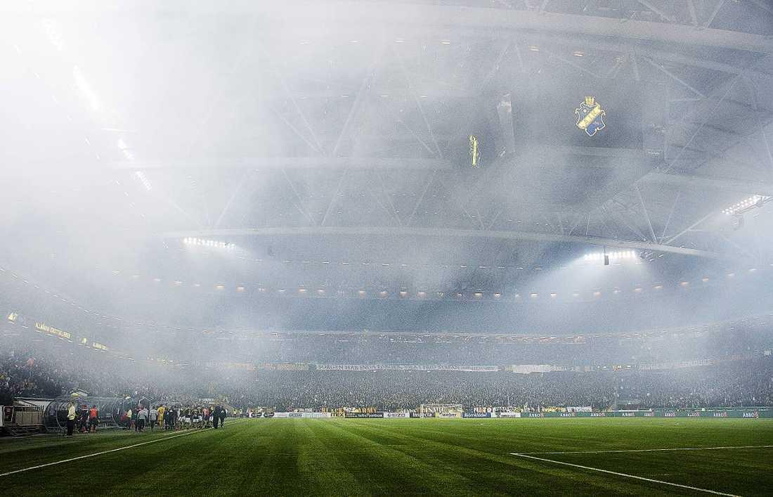 nya problem Matchen mellan AIK och IFK Göteborg fick avbrytas tillfälligt efter att bengaler orsakat en brand på läktaren. Det var bara en av flera incidenter under matchen.