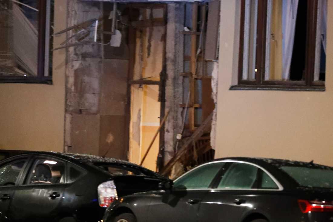 Explosionen orsakade stora skador på bilar och fasad på fastigheter på platsen.