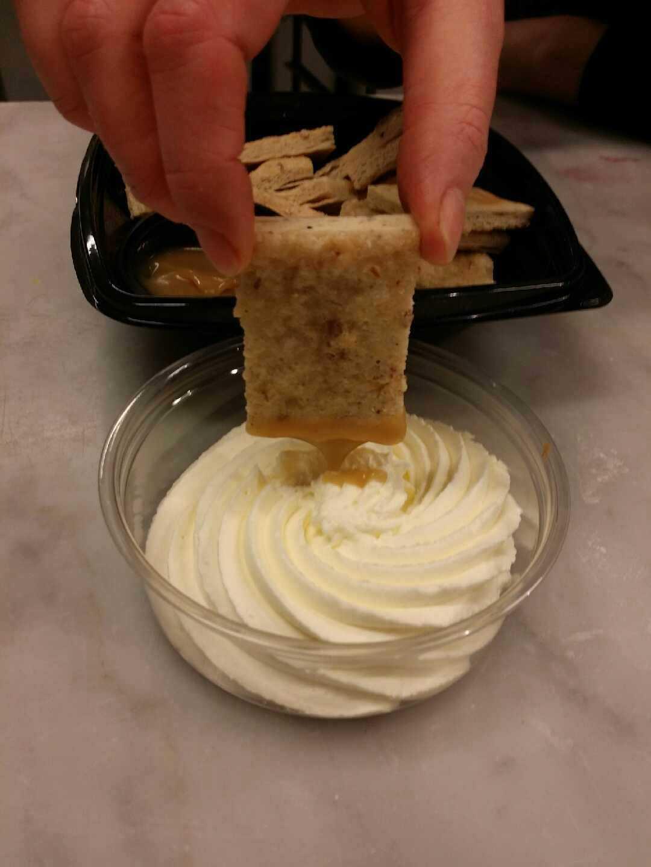 Man dippar i en saltkoladip.