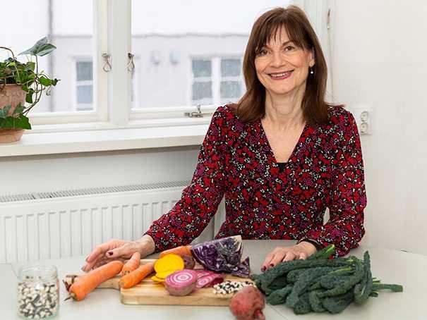 """""""Det ska vara enkelt att laga hälsosam och klimatsmart mat"""", säger kostchefen Inger Månson."""