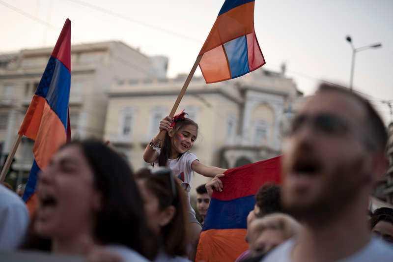 Folkmassor jublar i Armeniens huvudstad Jerevan.