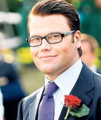 Umgås flitigt Daniel Westling och Niklas Ek har varit vänner sedan barnsben. När SR flyttade Niklas Ek till bröllopsredaktionen tyckte många kritiker att företagets trovärdighet sjönk.